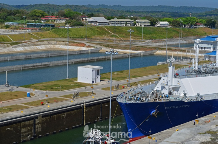 Barco cargador de gas pasando por la Ampliación del Canal de Panamá