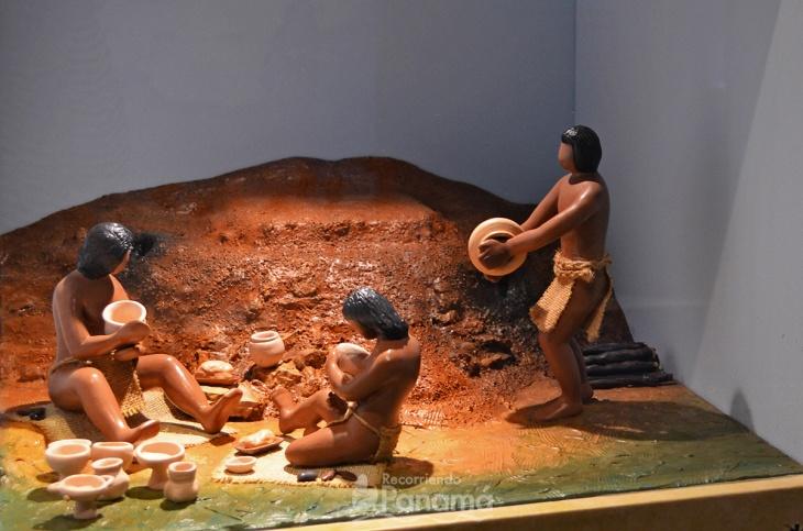 Indígenas trabajando la cerámica