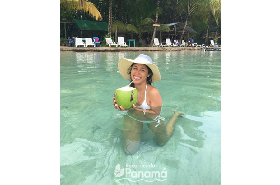 Disfrutando de la refrescante agua de Pipa en el mar.