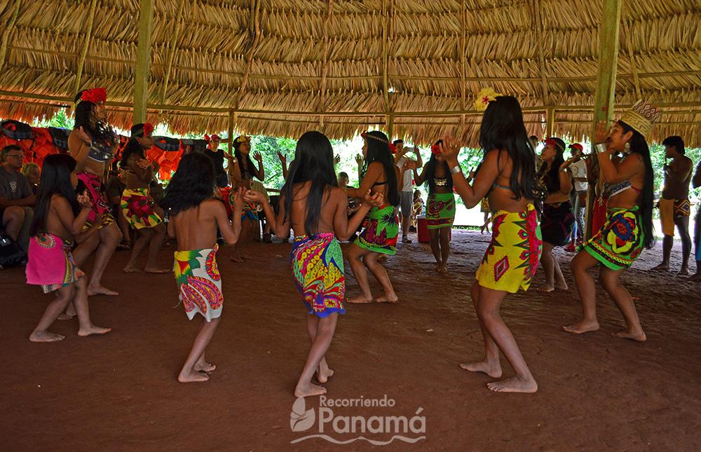 Presentación de música y bailes