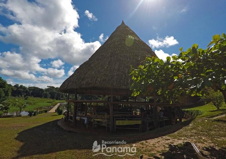 Arriba es el hotel, lugar donde se puede hospedar como un embera, abajo es la tienda de artesanías.