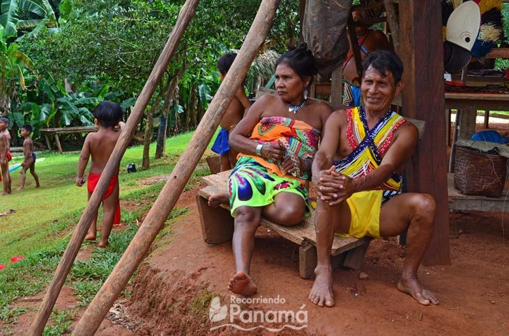 Emberas: la mujer y los niños llevan la ropa de diario y el hombre lleva puesto la ropa fiesta.