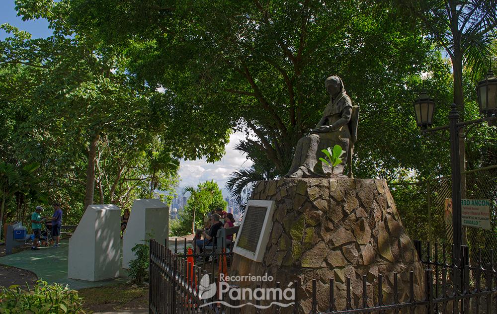 Estatua de Amelia Denis de Icaza. al fondo mirador con bancas para descansar.