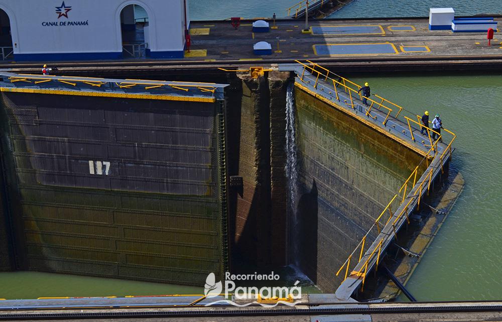 Trabajadores del Canal aprovecha en cierre de las compuerta para cruzar.