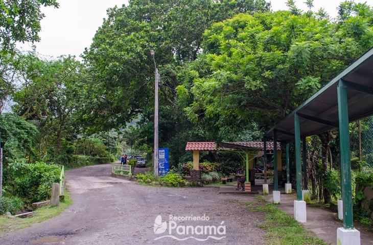 Entrada y área de estacionamientos