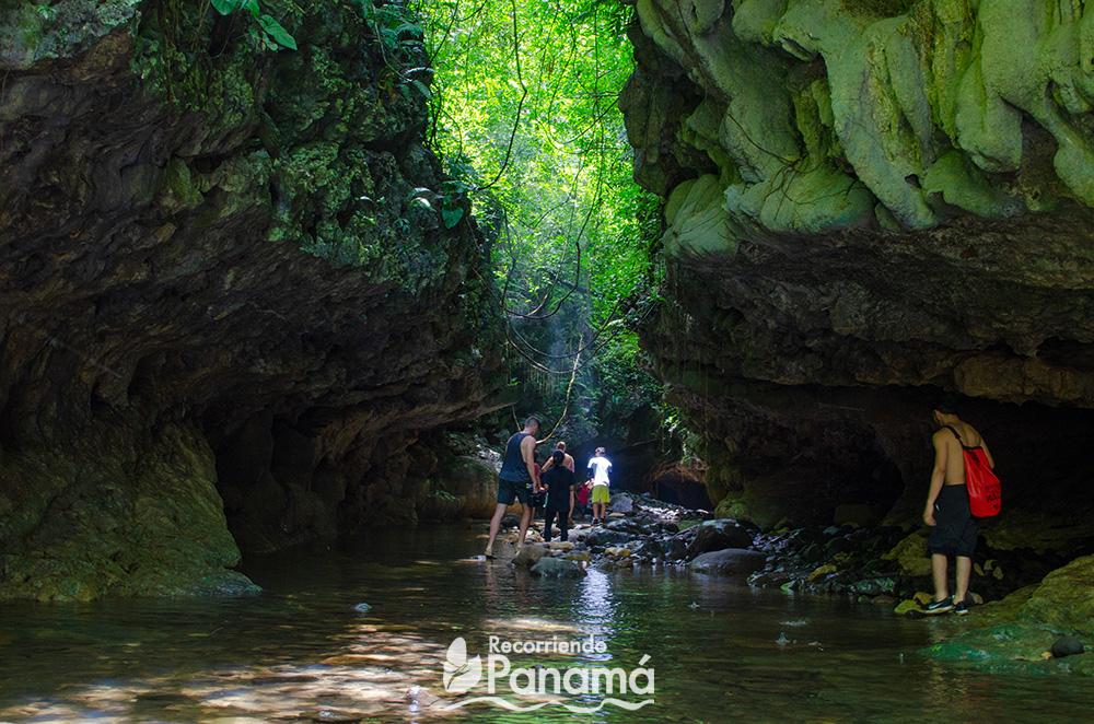 Entrada a las Cuevas de Bayano.