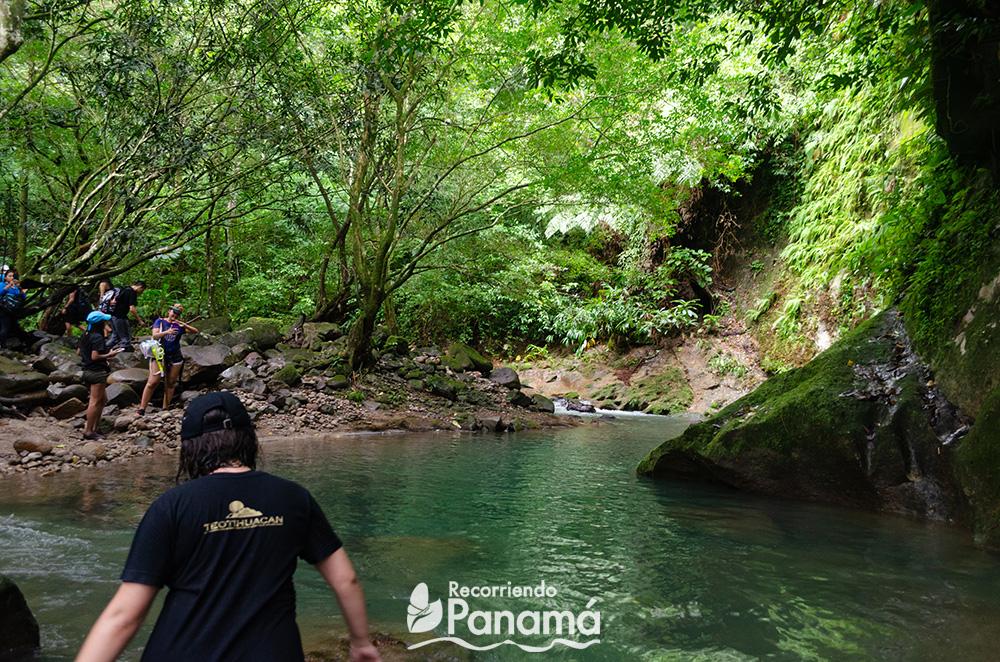 Cruzando el río.