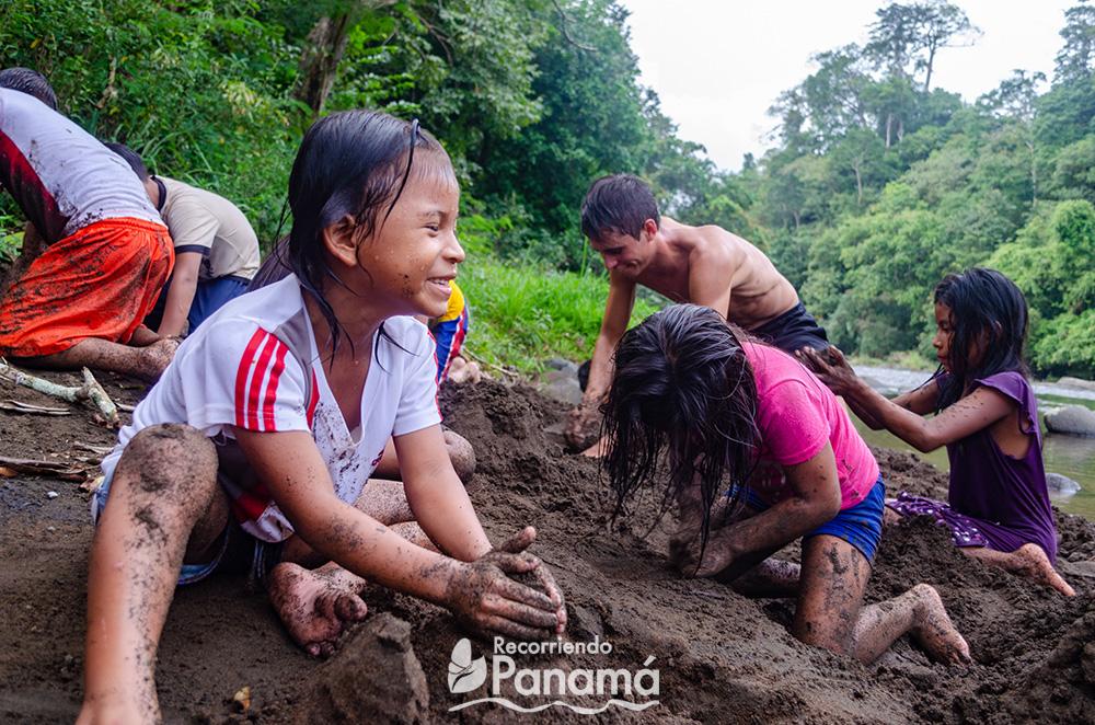 Felicidad al jugar con la tierra.