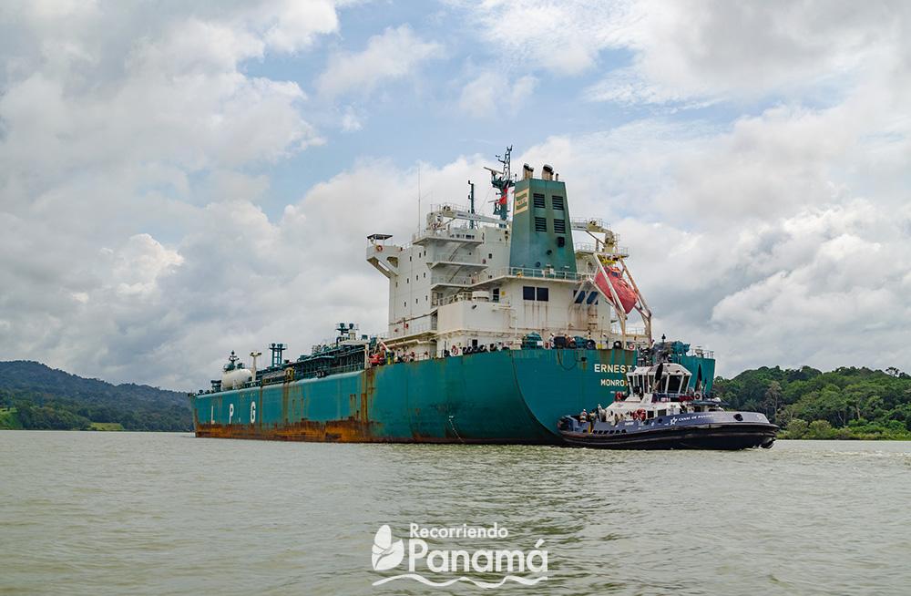 Buque pasando por las aguas del Canal de Panamá