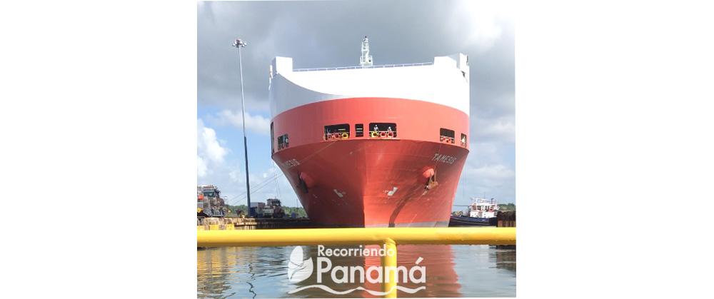 Buque pasando por el Canal de Panamá.