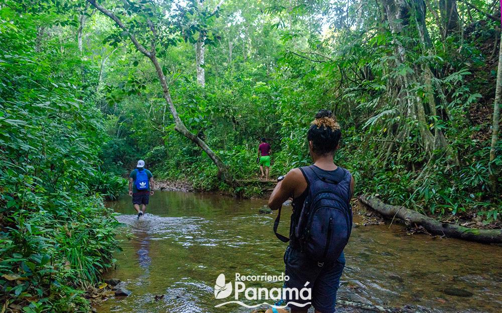 Caminando en el rio.