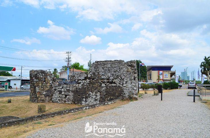 Fortín de la Natividad, al fondo la entrada al Sitio Arqueológico.