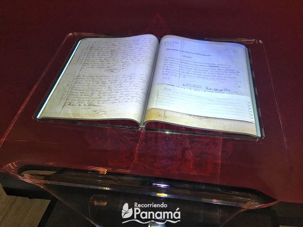 Libro digital, aunque parezca real, en realidad es un acrílico con forma de libro, dónde se refleja la imagen de un libro.