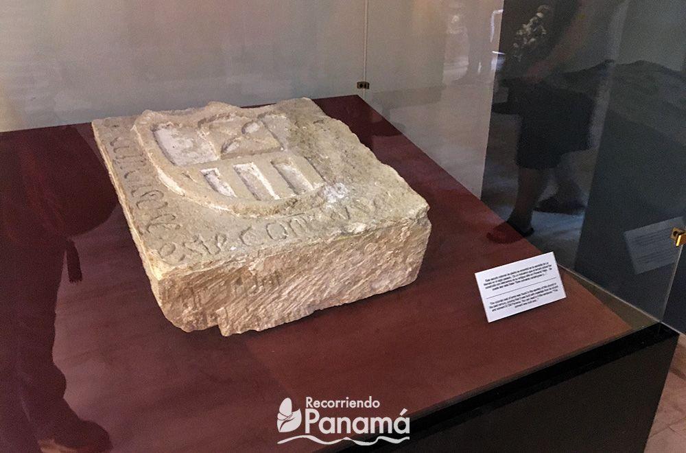 Piedra con escudo tallado.