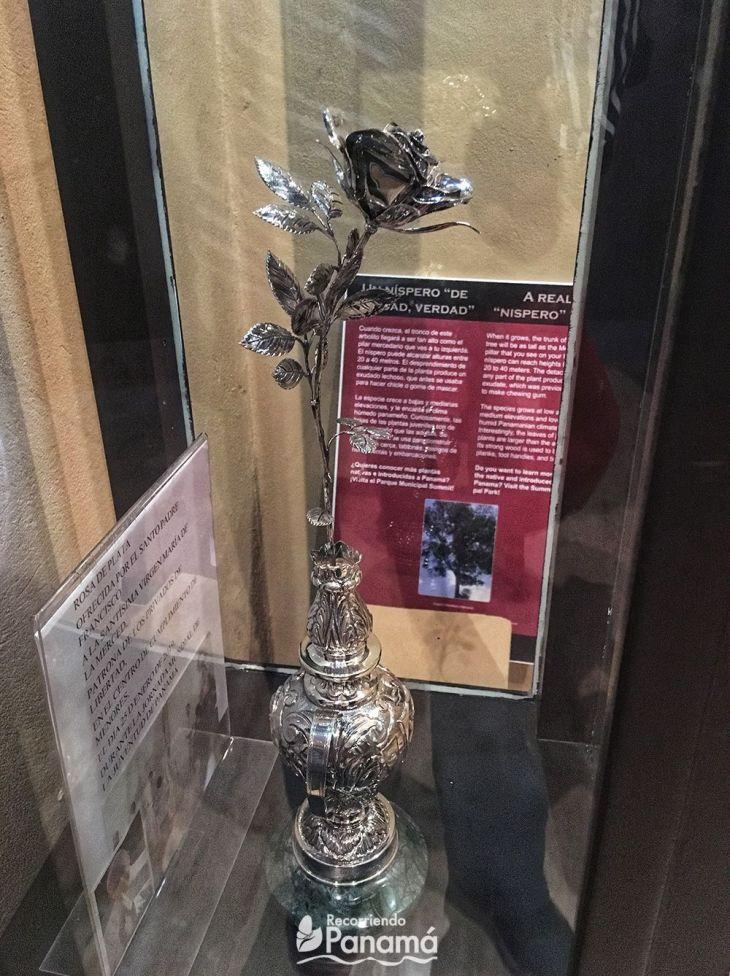 Flor de plata ofrecida por el Papa Francisco a la Virgen de la Merced en el Centro de Cumplimiento de menores