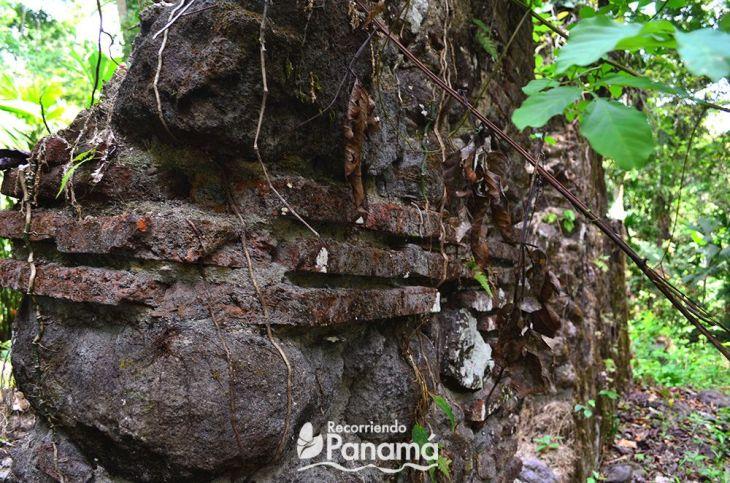 Se pueden ver la piedra y arcilla usada en la construcción.