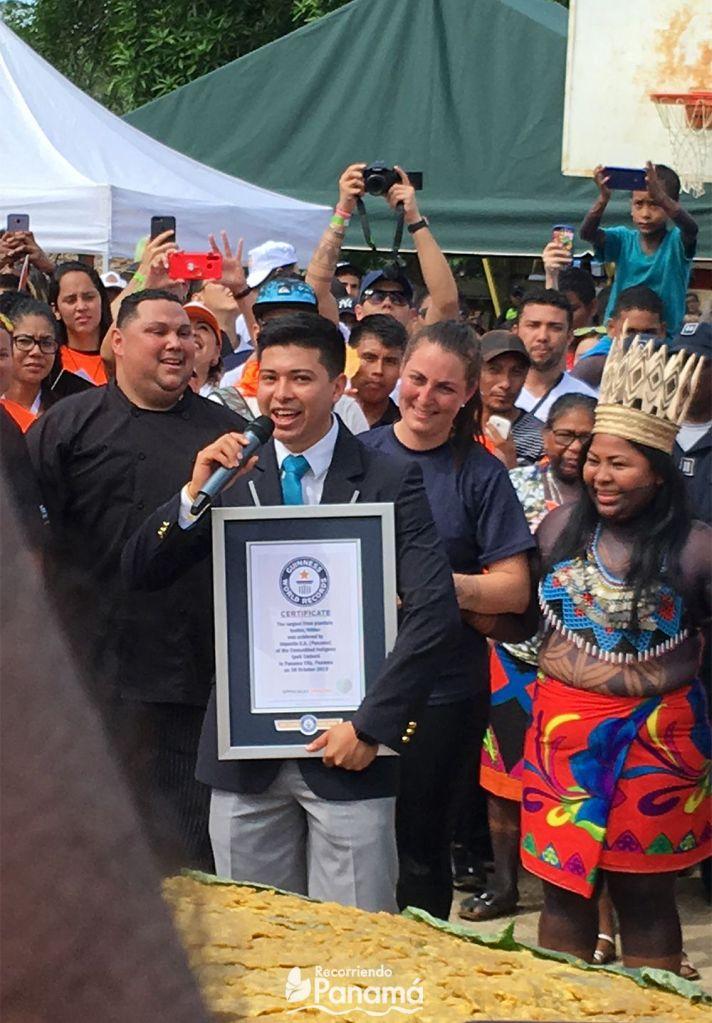 Carlos Tapia de Guinness Record anuncia y entrega certificado.