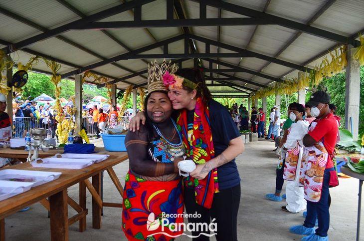 Sara Omi, AAutoridad Tradicional del Congreso Emberá de Alto Bayano y Sabrina Naimark, creadora del evento