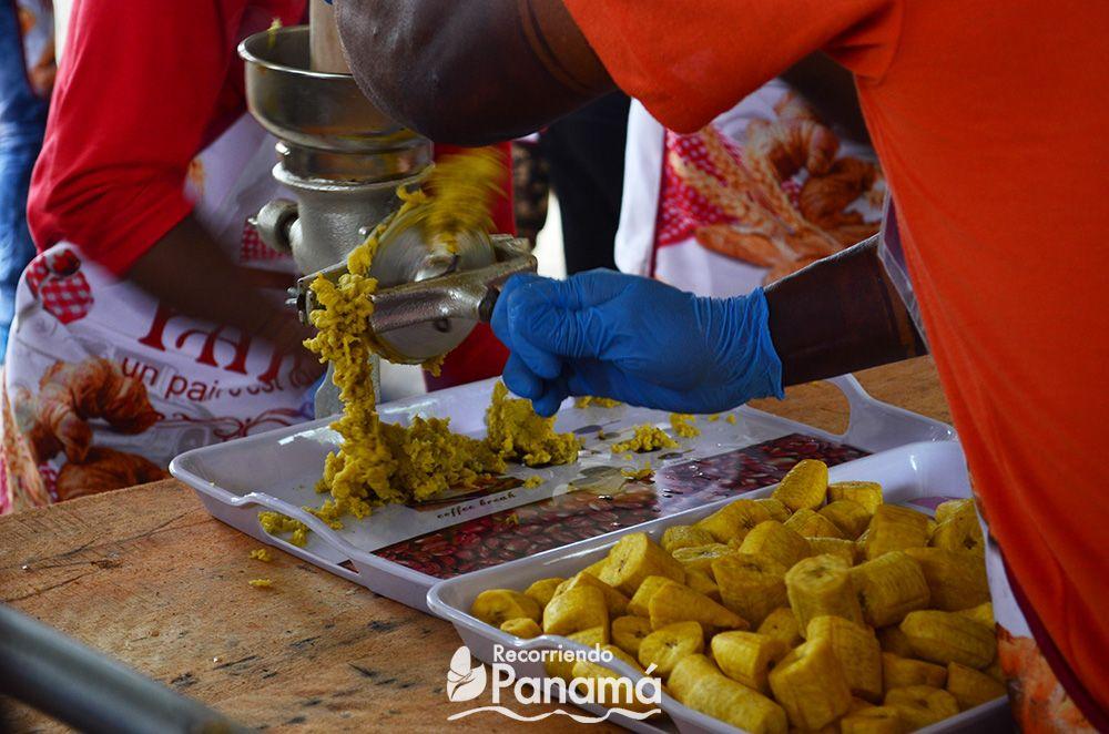Moliendo los plátanos fritos.